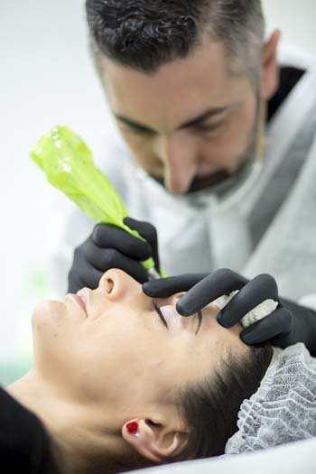 Immagine di Toni Belfatto mentre esegue un trattamento di trucco semipermanente